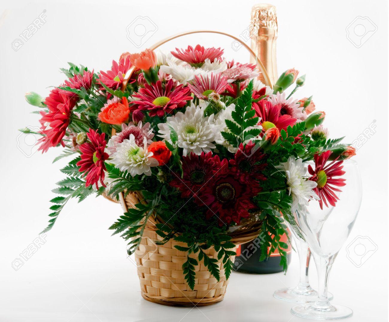un cadeau, un bouquet de fleurs dans le panier une bouteille de