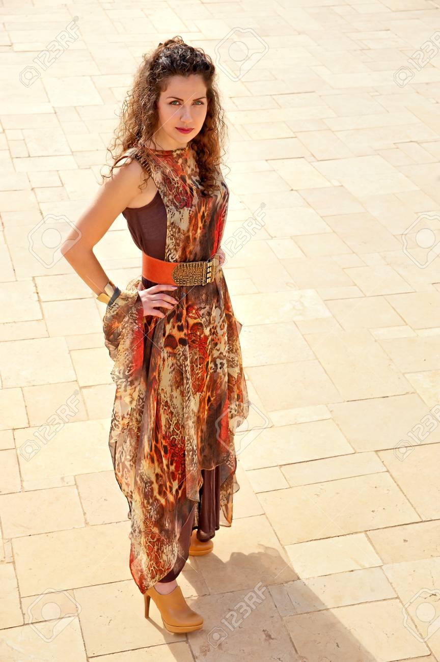 timeless design 41743 b5c02 La ragazza nel nuovo alla moda, abito elegante o vestito in posa per una  fotografia per la pubblicità