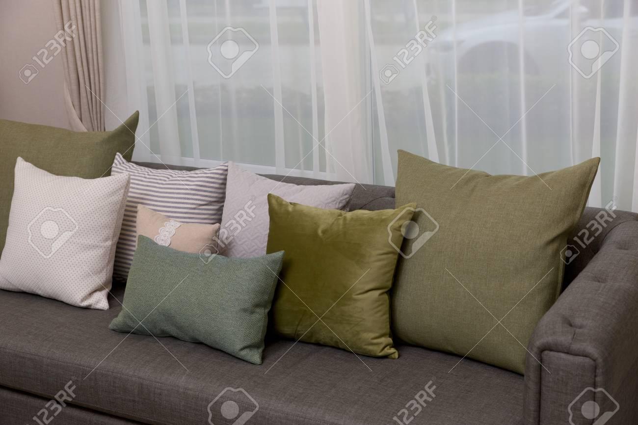 Salotto Moderno Verde : Dettaglio del salotto moderno con cuscini cuscino verde sul divano