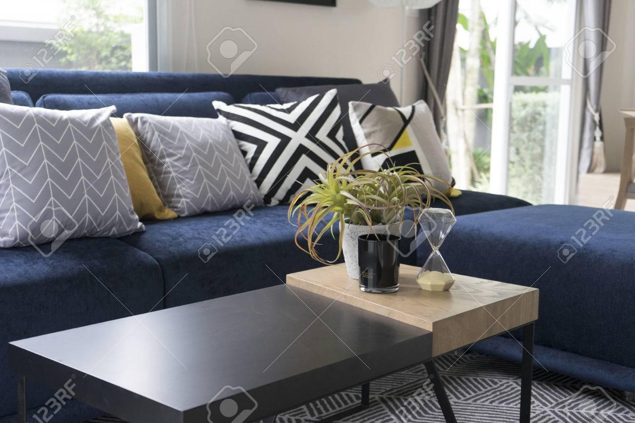 Coussin de motif graphique sur canapé bleu