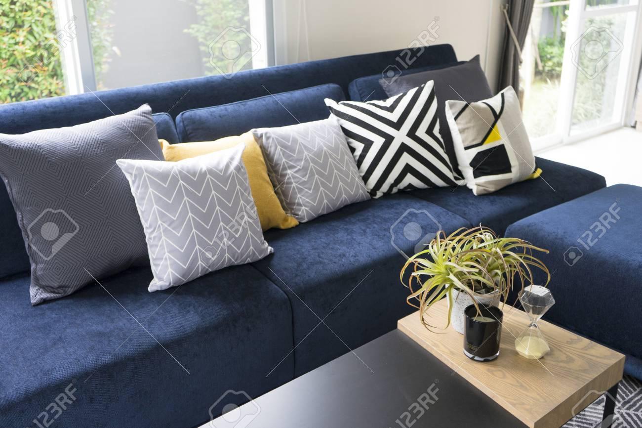 Coussin De Motif Graphique Sur Le Canapé