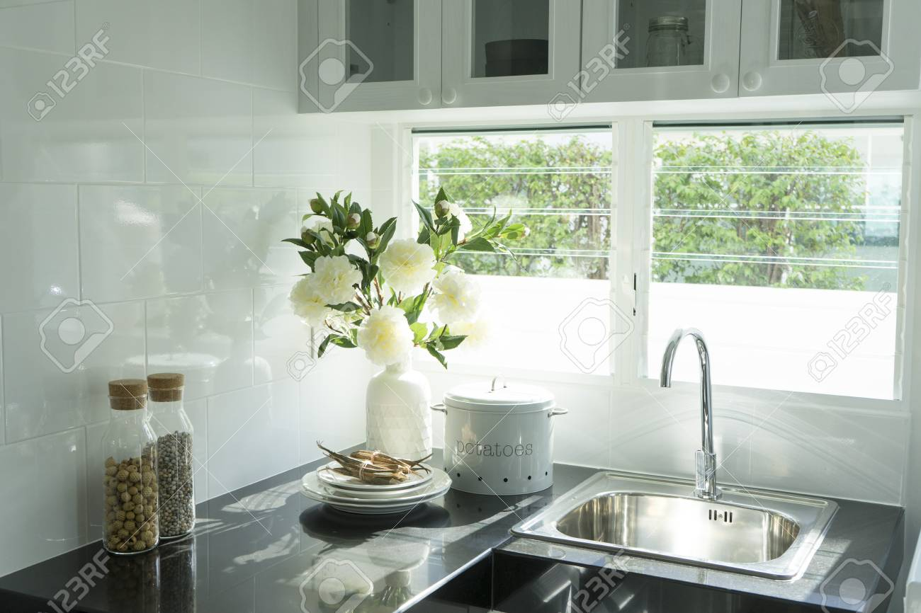 Cuisine Lumineuse Sans Fenetre cuisine lumineuse avec évier blanc, fenêtre et meuble gris