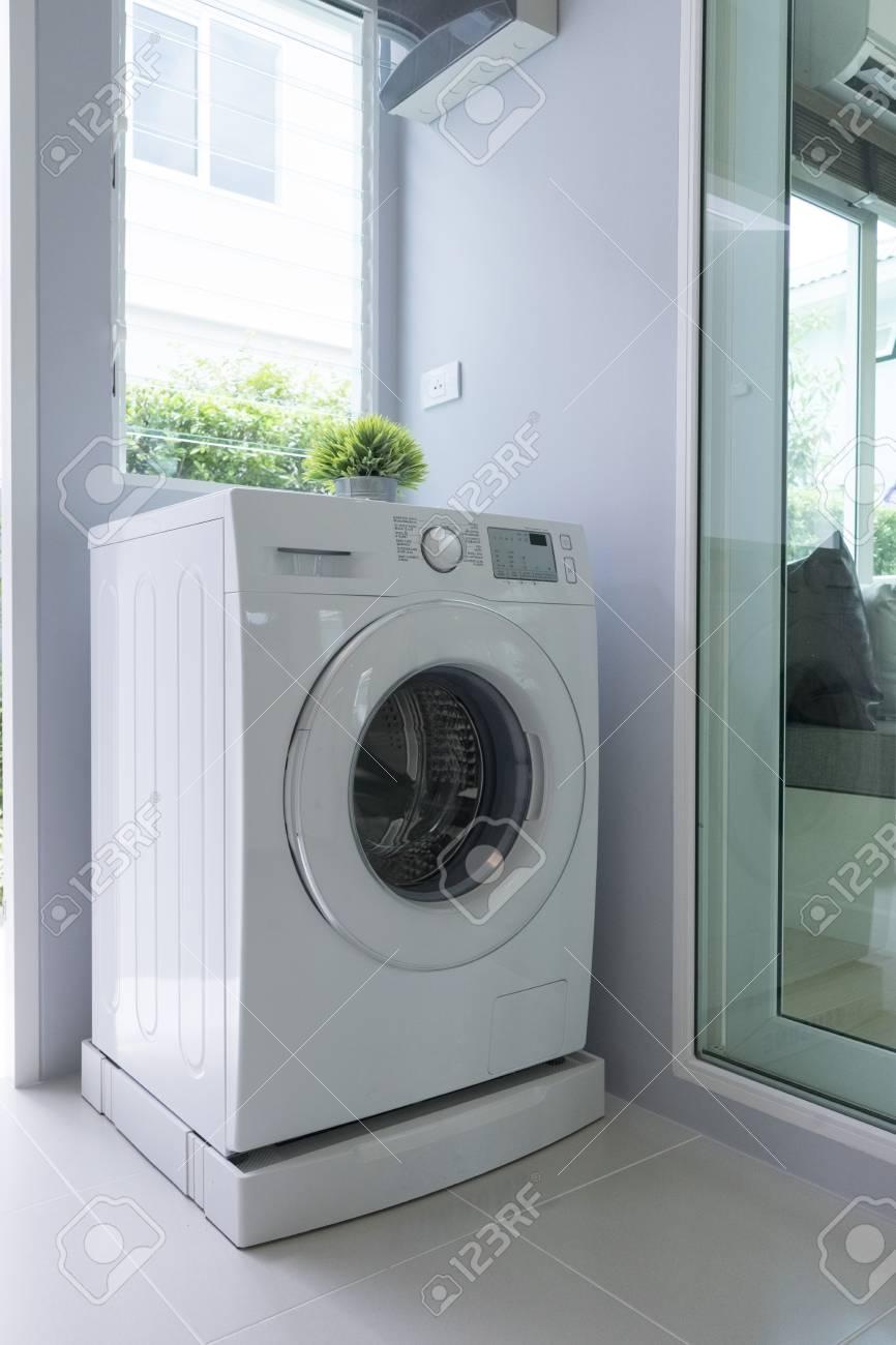 Waschmaschine In Der Küche Lizenzfreie Fotos, Bilder Und Stock ...
