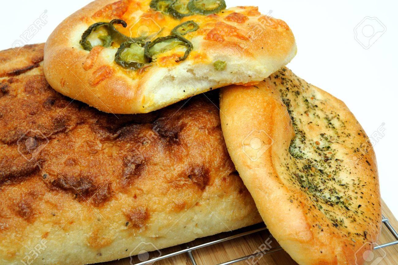 Un pan cuadrado de pan artesanal y Focaccia rollos en italiano hierbas de objeto y queso cheddar de jalapeño  Foto de archivo - 7653236