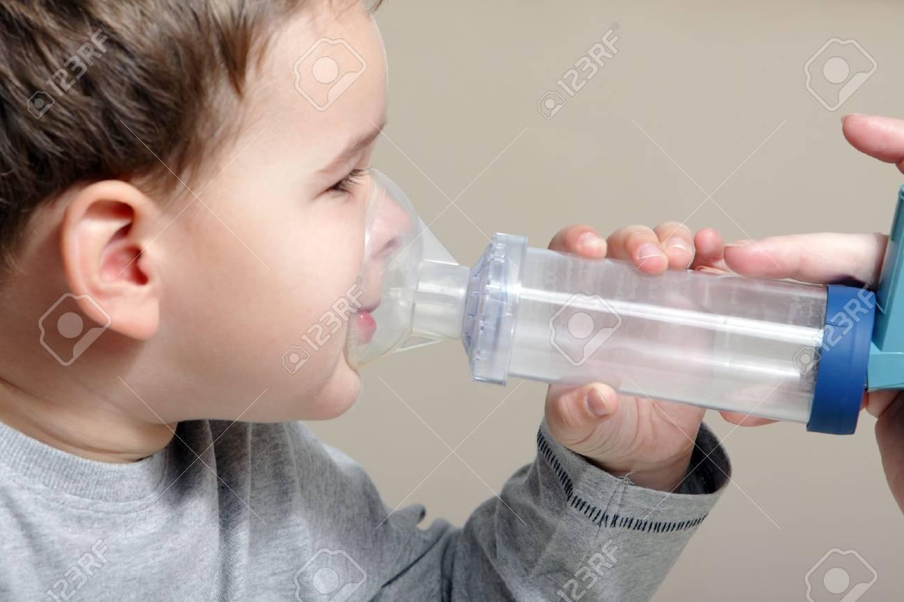 Närbild Bild Liten Pojke Med Hjälp Av Inhalator För Astma. Royalty ...