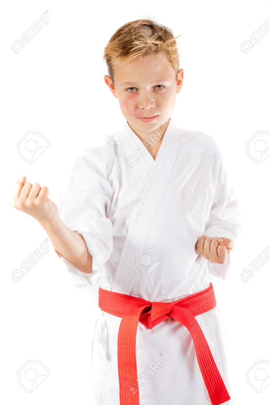 e0eaa0a4b8e70 Banque d images - Garçon pré-adolescent en uniforme d arts martiaux faisant  des arts martiaux