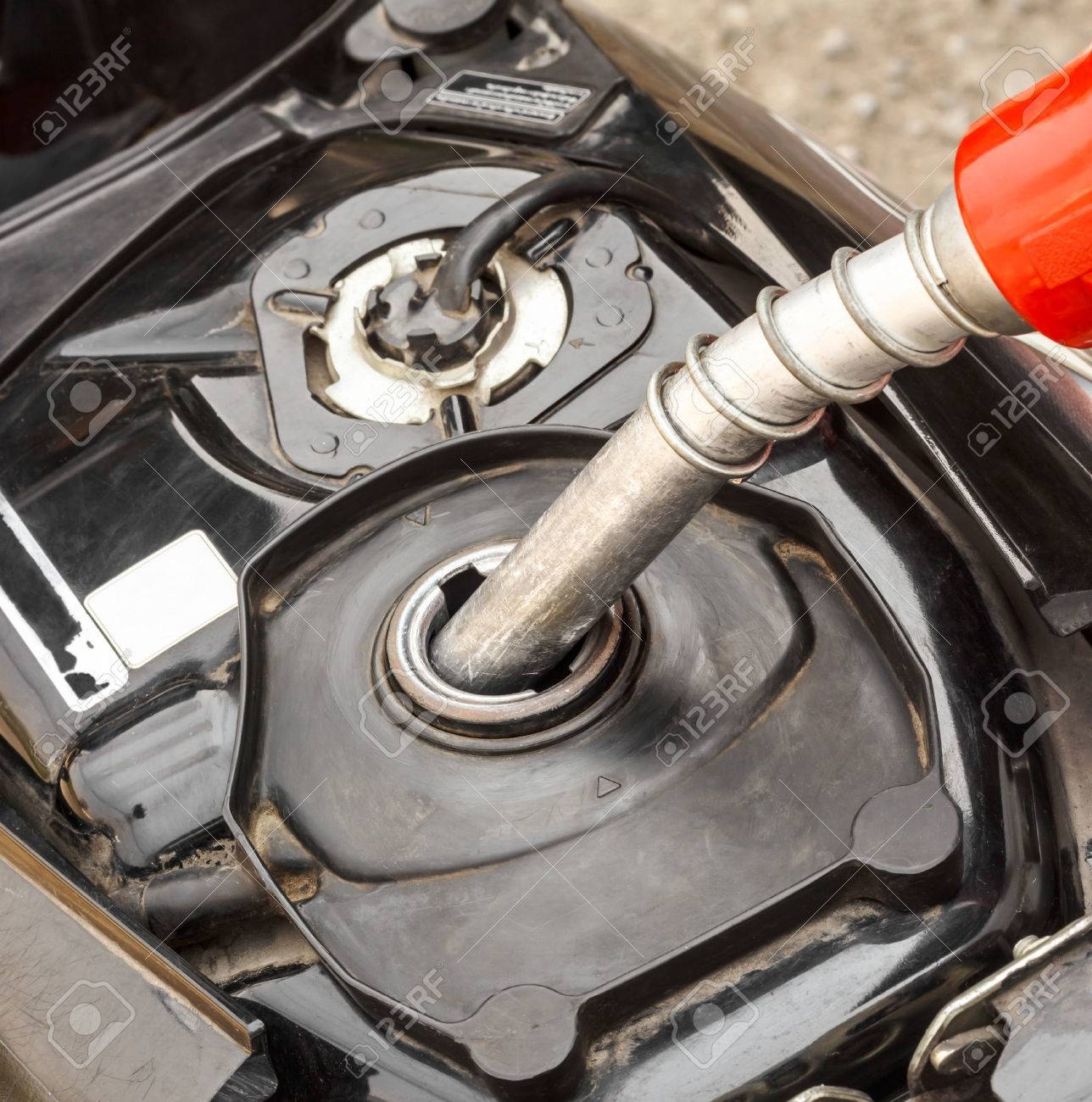 オートバイのガソリン スタンドで給油 の写真素材・画像素材 Image 29024664.