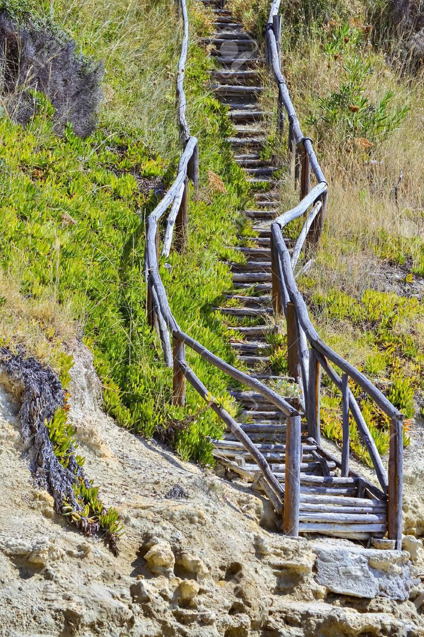 alte hölzerne treppe am hang des berges lizenzfreie fotos, bilder