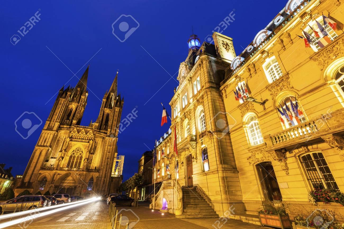 クタンス大聖堂と市庁舎夜。クタ...