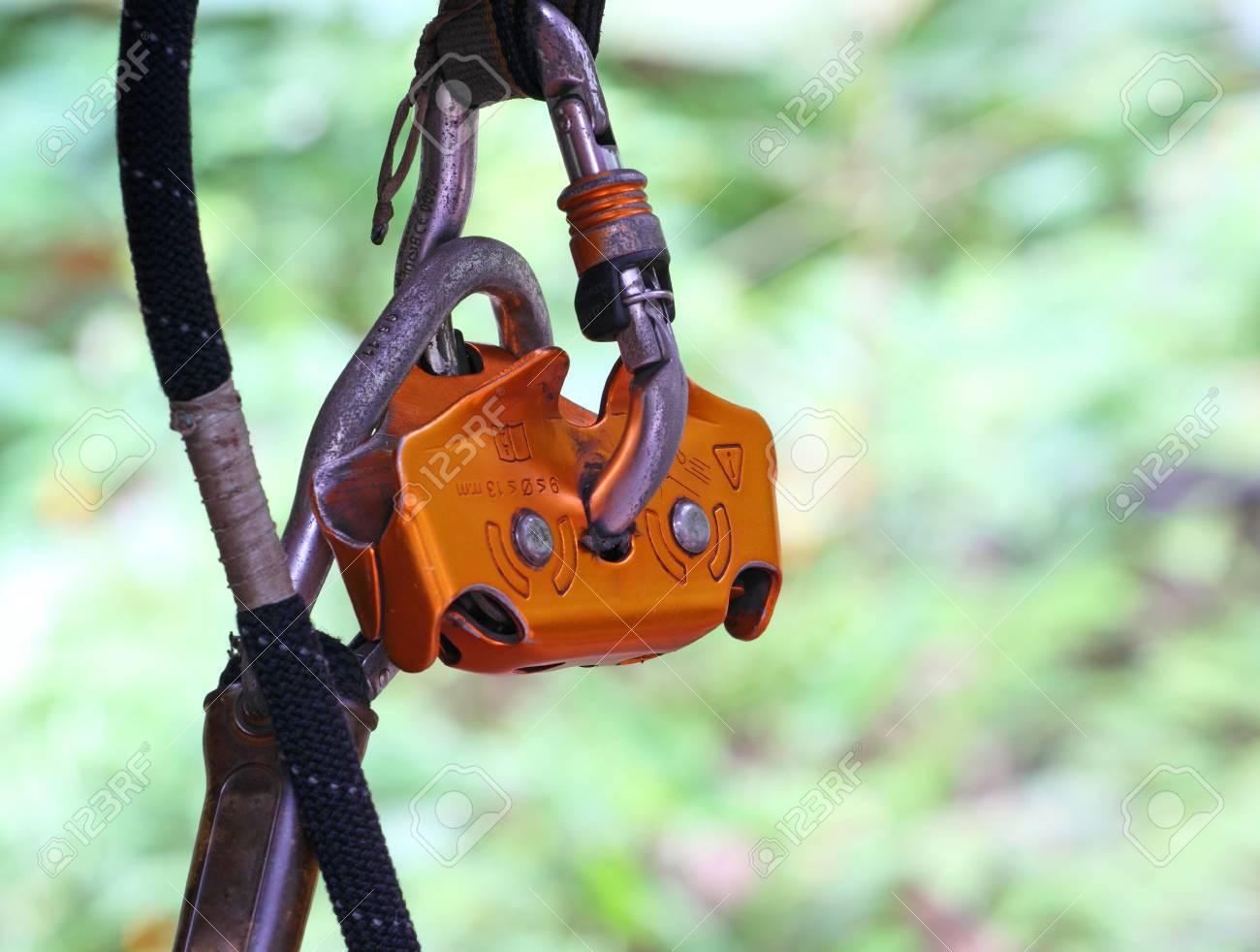 Kletterausrüstung Sicherung : Kletterausrüstung auf einer grauen matte ausgelegt seil