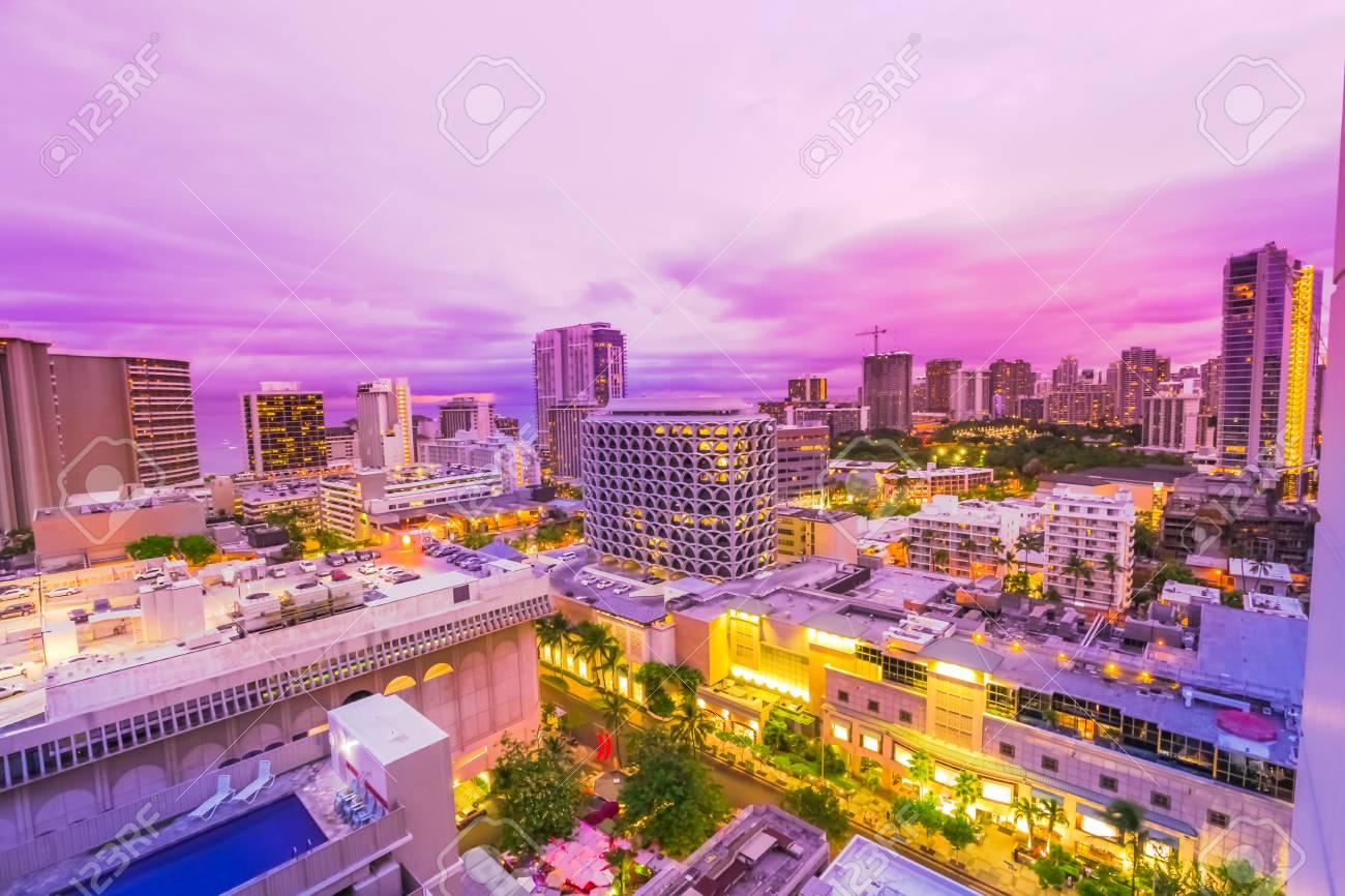 オアフ島 ハワイ アメリカ合衆国でワイキキの街並みの夕暮れピンクの光 都市夜景とナイトライフのコンセプト の写真素材 画像素材 Image
