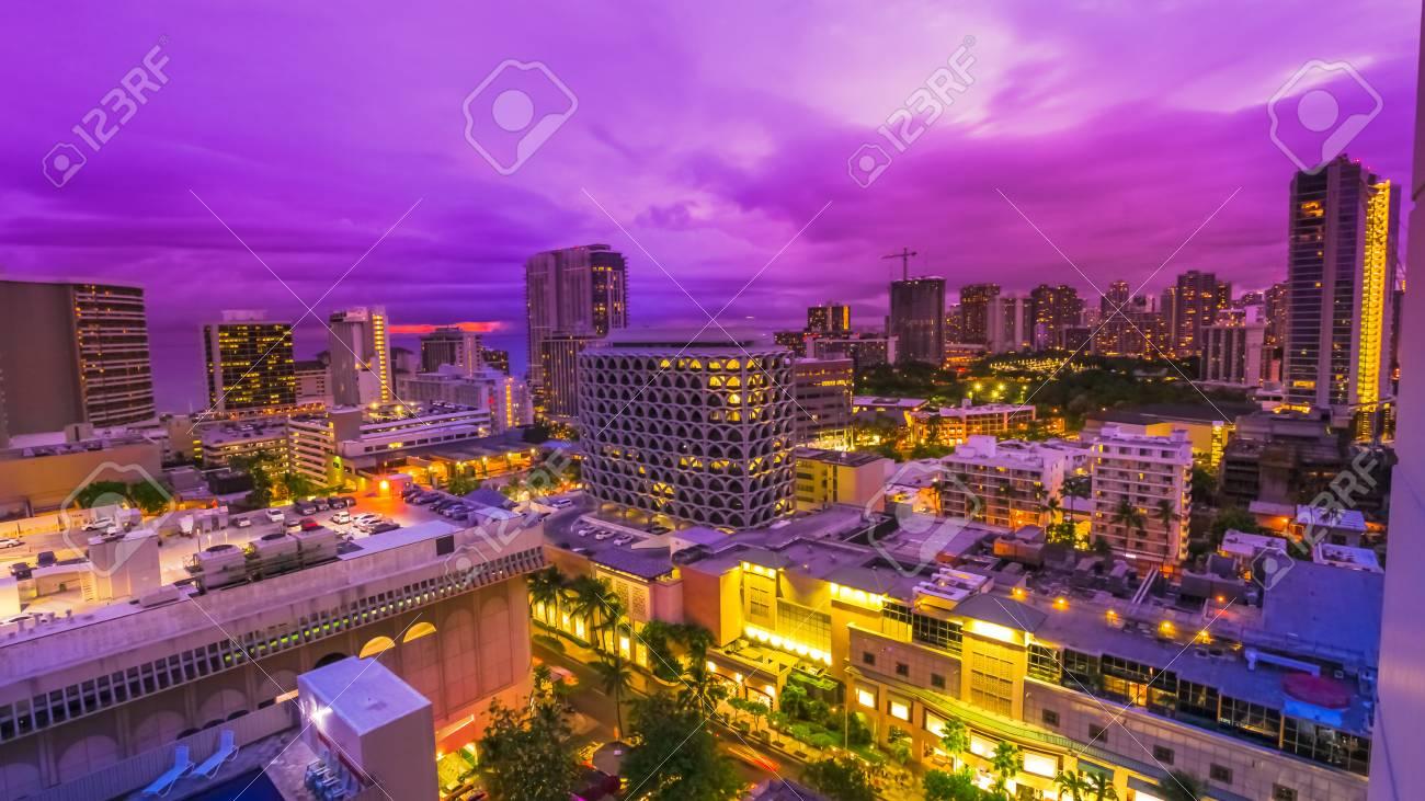 オアフ島 ハワイ アメリカ合衆国のワイキキの街並みのバイオレットのミステリー 都市夜景とナイトライフのコンセプト の写真素材 画像素材 Image