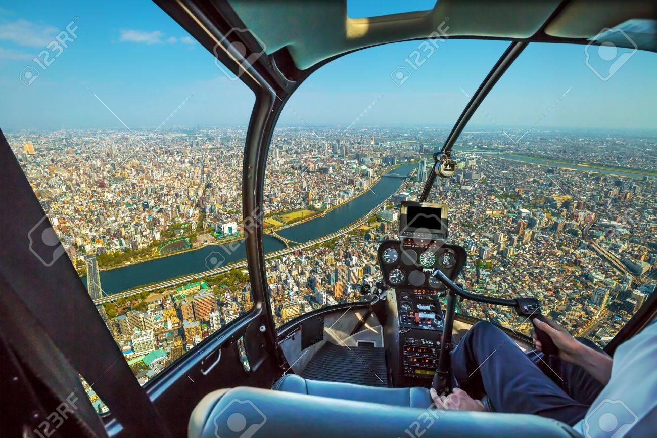 banque dimages cockpit dhlicoptre lintrieur de la cabine battant sur les toits de la ville de tokyo sumida river bridges et la rgion dasakusa
