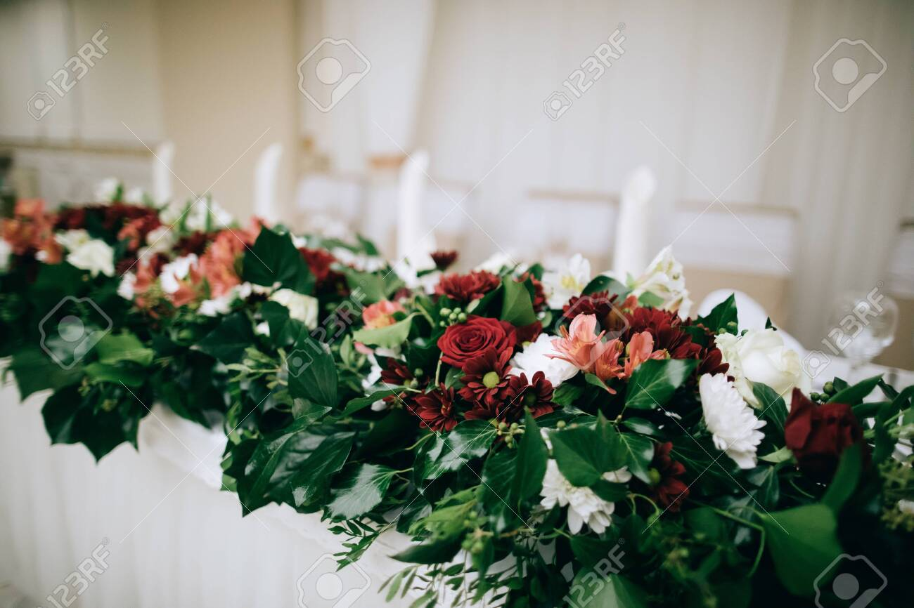 Bridal table decor with fresh flowers in the restaurant - 147009481