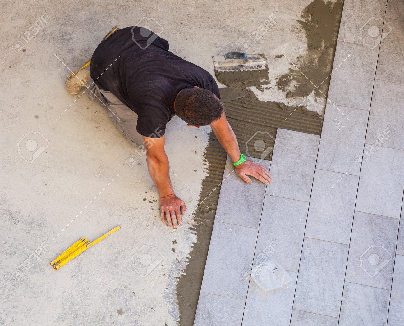 Trieste italia aprile 22: lavoratore installazione di pavimenti