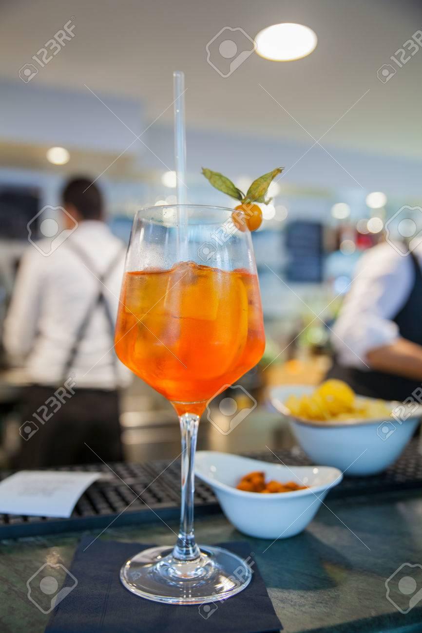 Spritz Berühmte Italienische Getränk Auf Gegen Bar Lizenzfreie Fotos ...