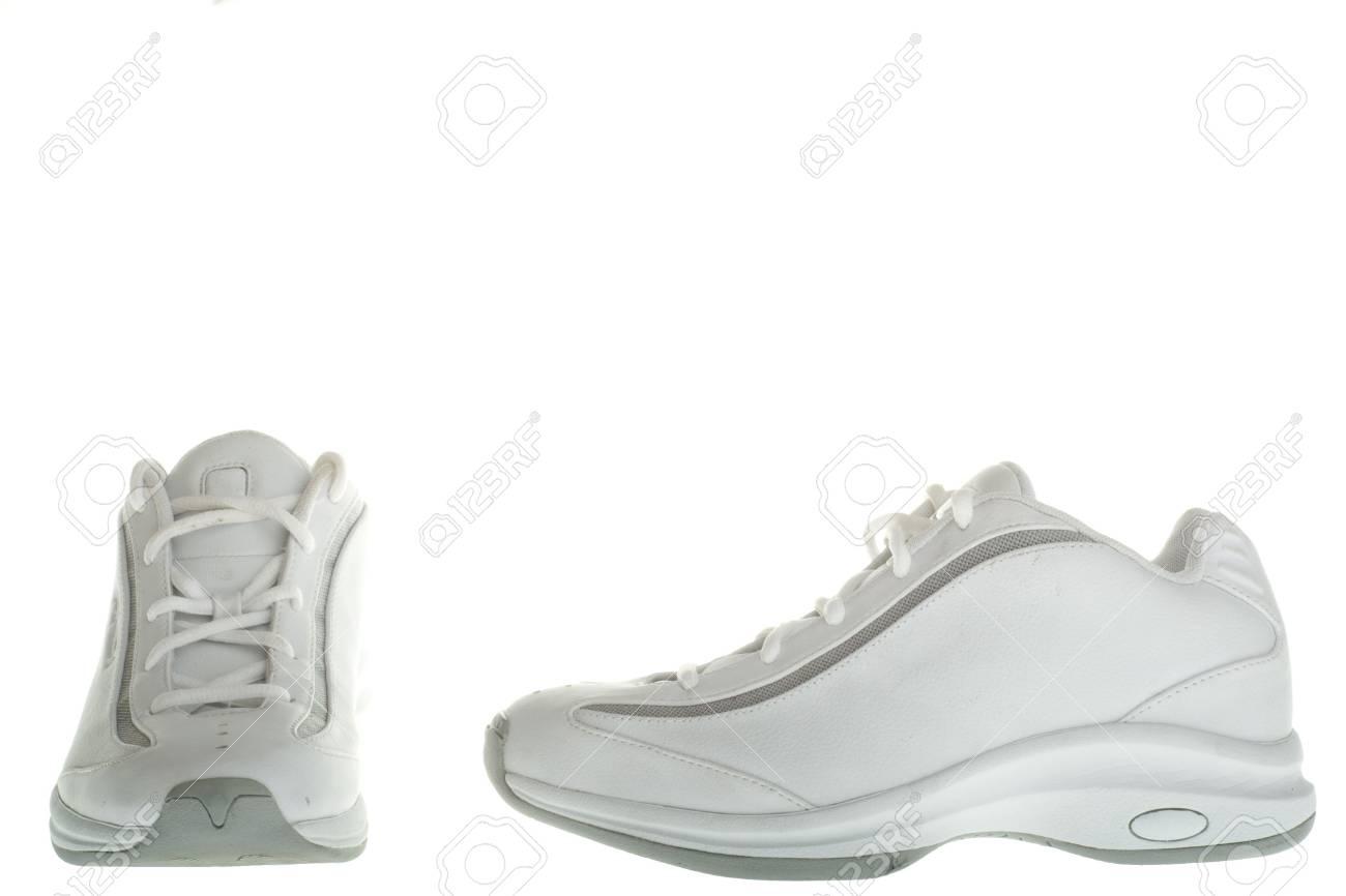 978c85871f1 Basket Blanc Paire Une Blanc Chaussures Un Sur Fond ball Isolé De De  nYgxFIZq
