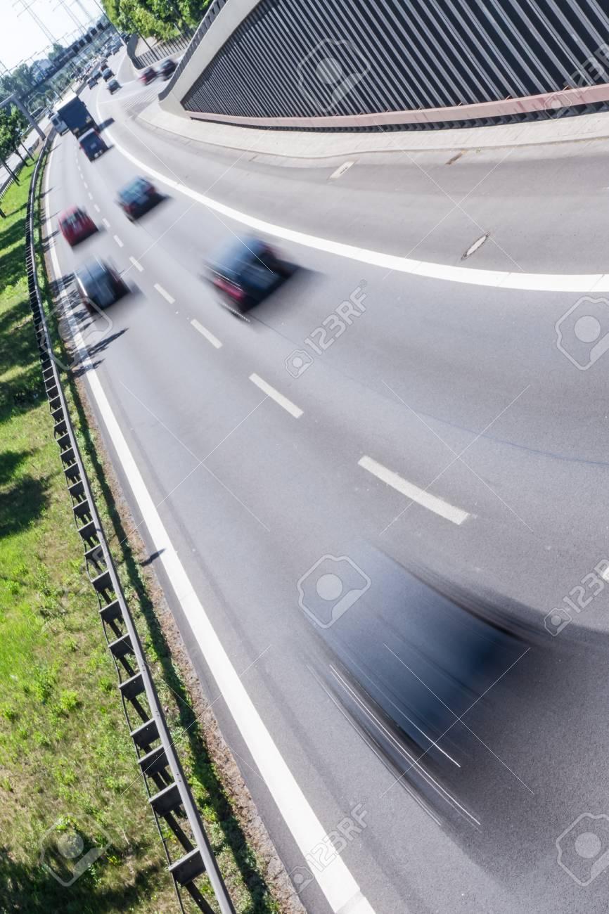 Schnelle Autos Auf Der Autobahn Im Sommer Lizenzfreie Fotos, Bilder ...