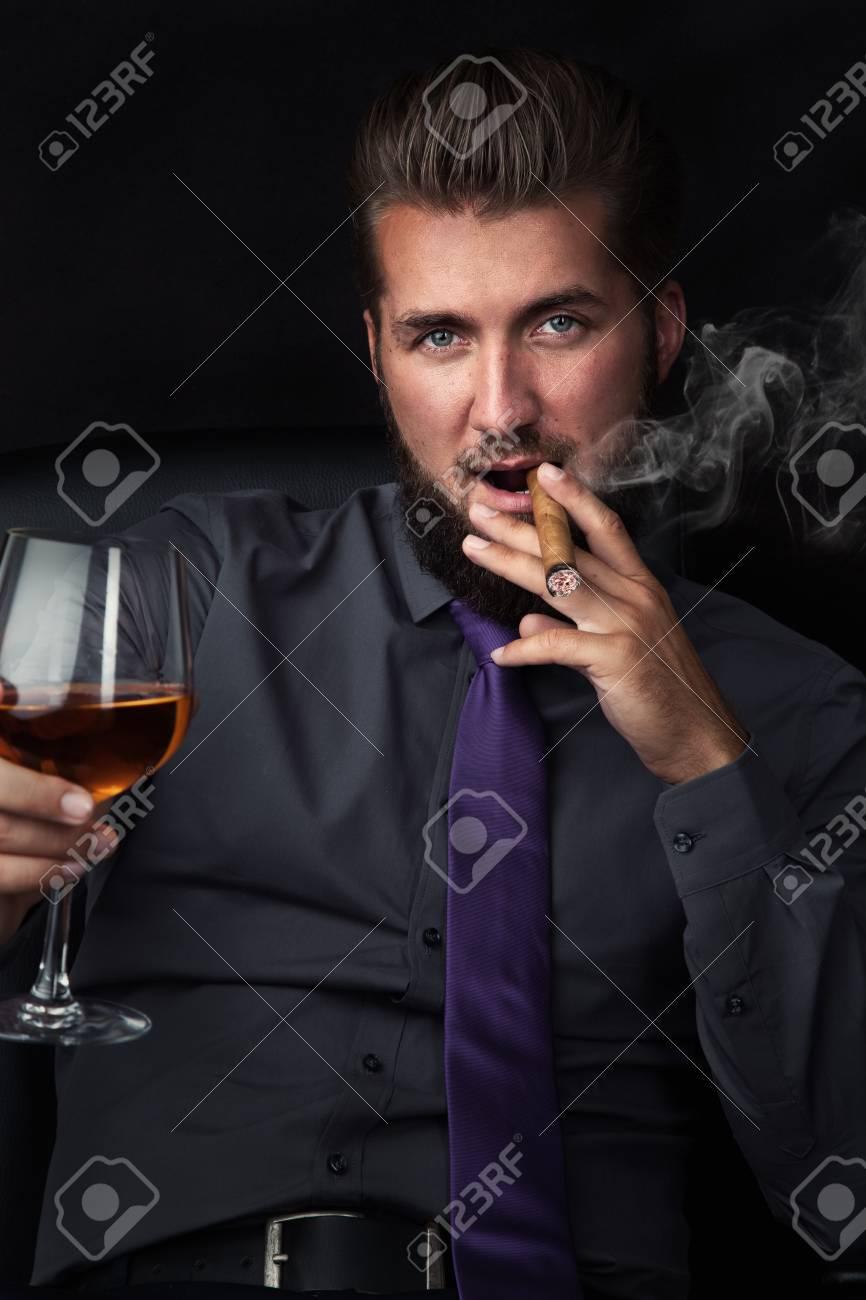 """Expresa tu momento """" in situ """" con una imagen - Página 32 96117783-retrato-de-un-joven-empresario-exitoso-fumando-un-cigarro-y-bebiendo-un-whisky-en-el-fondo-negro"""