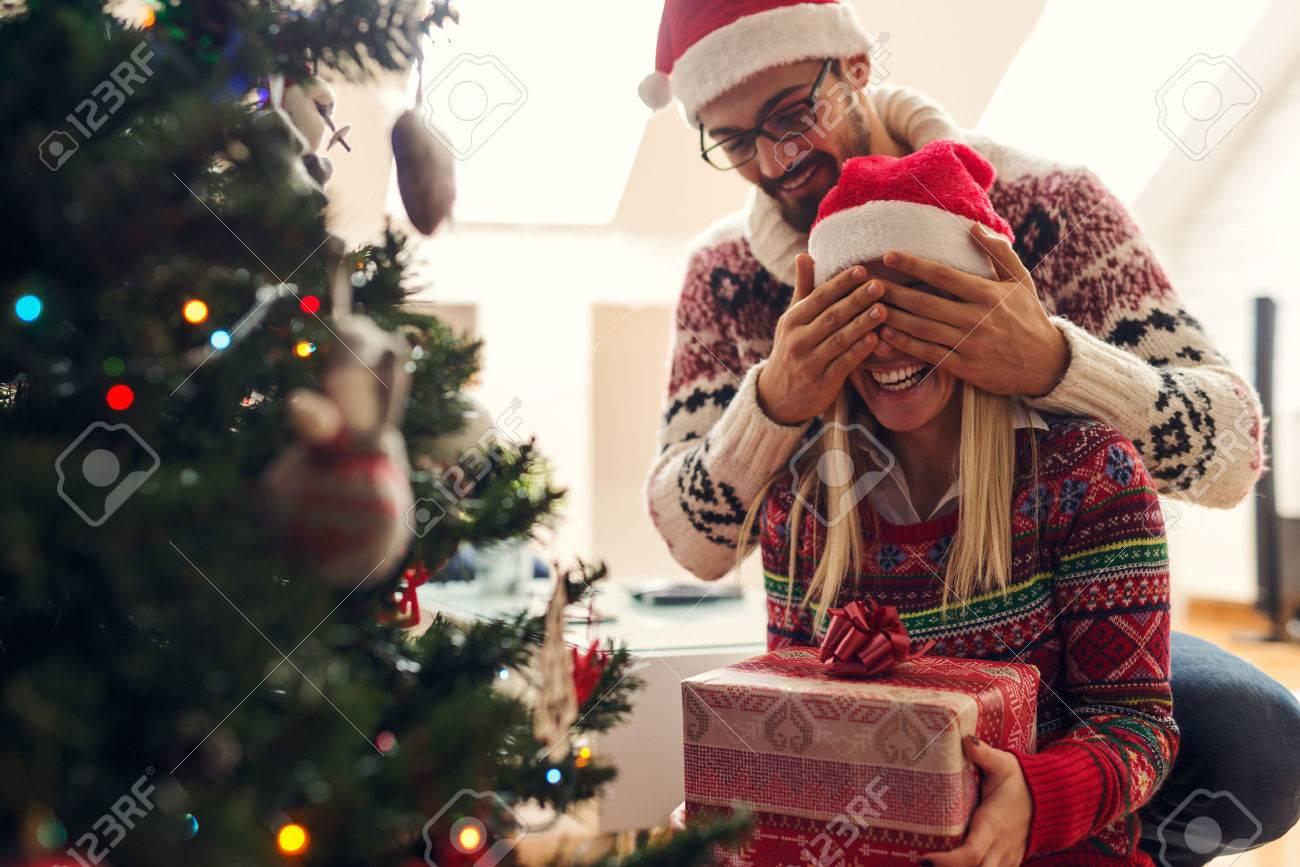 Freigestellte Bild Von Einem Mann überraschend Seine Freundin Mit ...