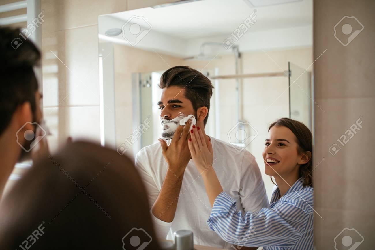 Joven Pareja Jugando Con Espuma De Afeitar En El Bano Fotos