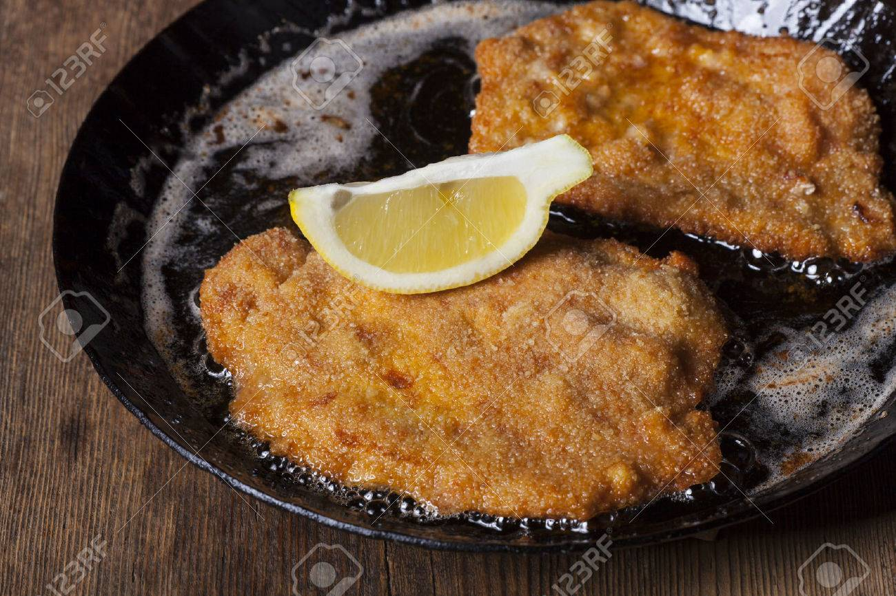 wiener schnitzel in a pan Stock Photo - 37076699
