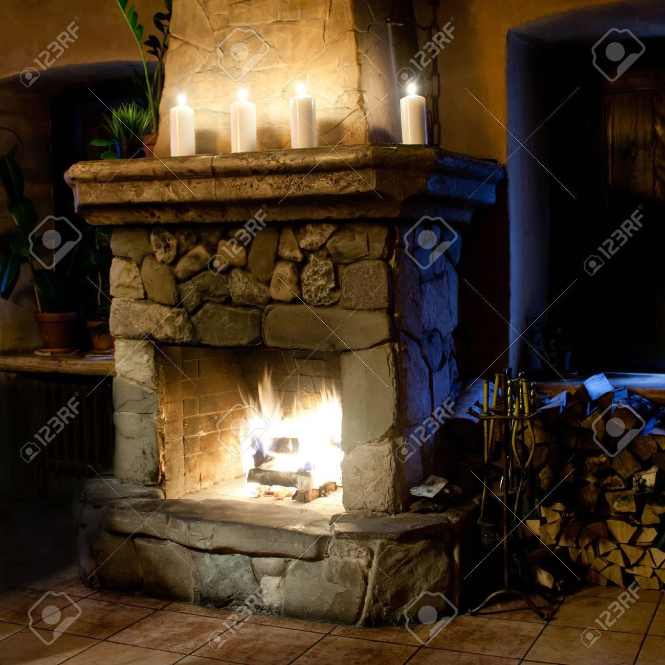 trendy beautiful sala de la chimenea chimenea velas y montn de lea lugar de la with chimeneas rusticas esquina with chimeneas de lea rusticas - Chimeneas Rusticas De Lea