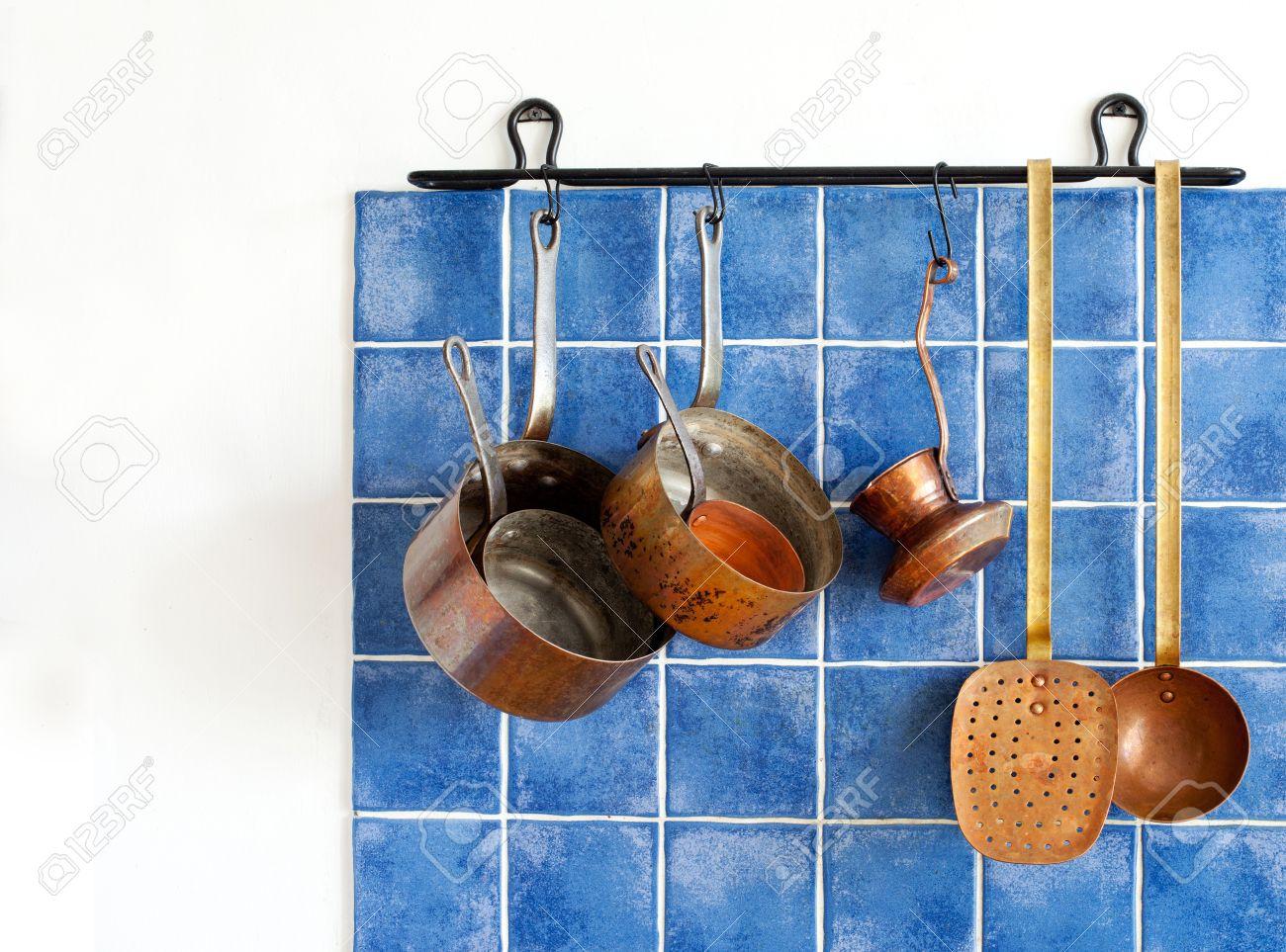 Küchengeräte. Hängende Retro-Design Kupfer Geschirr Set. Töpfe ...
