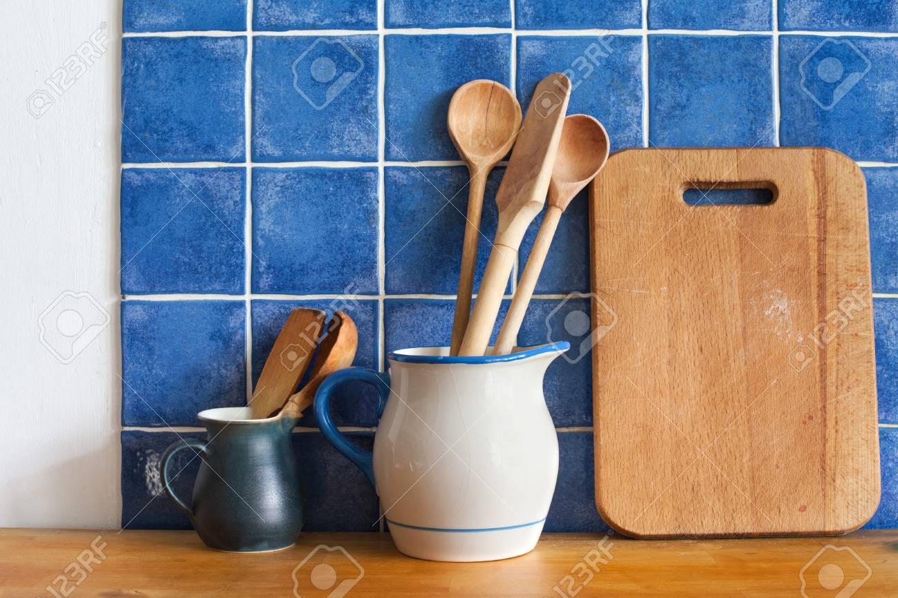 intérieur cuisine avec accessoires rétro. tuiles bleues de fond de