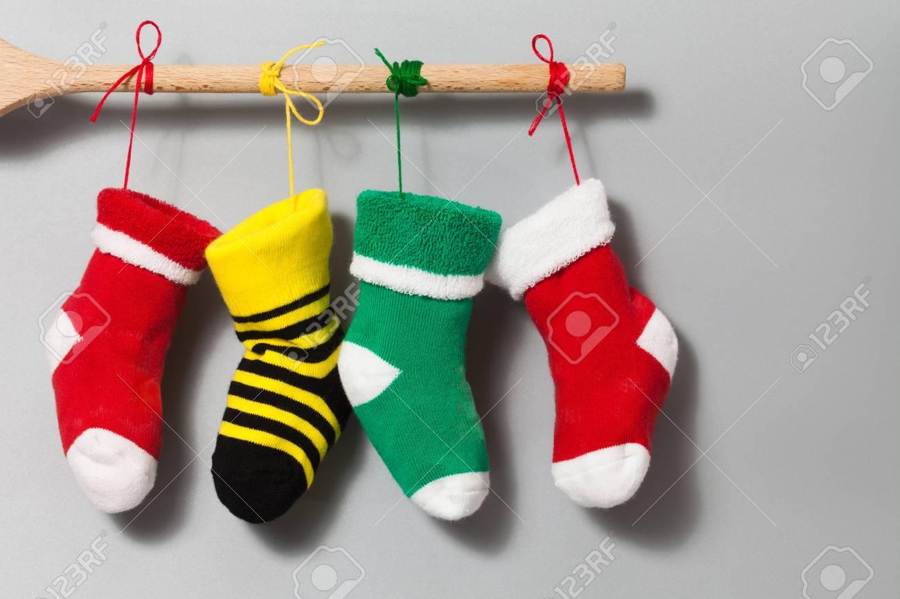 Tarjeta De Invitación De Texto Feliz Navidad. Colgando Calcetines De ...