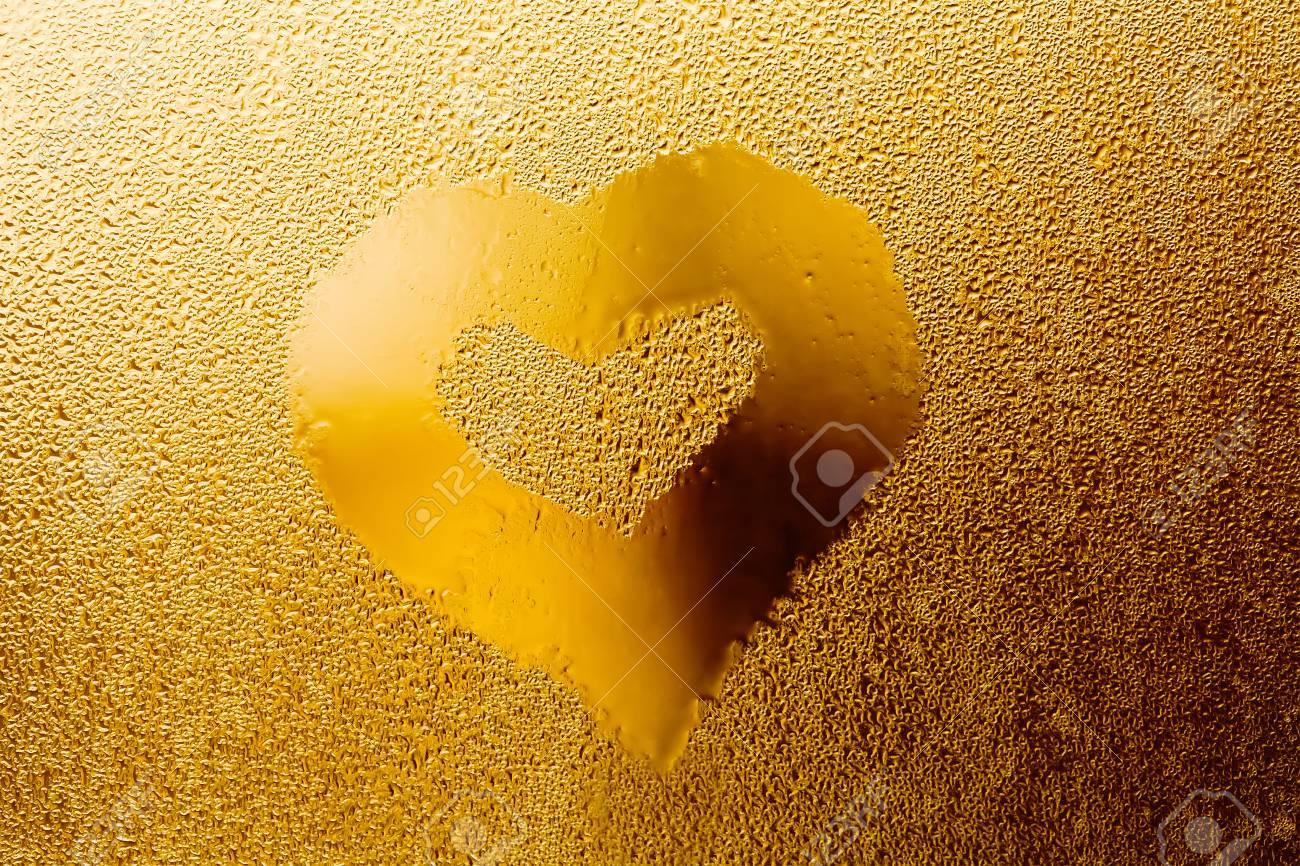 El Amor Del Corazón De Oro Para El Día De San Valentín. Gotitas De ...