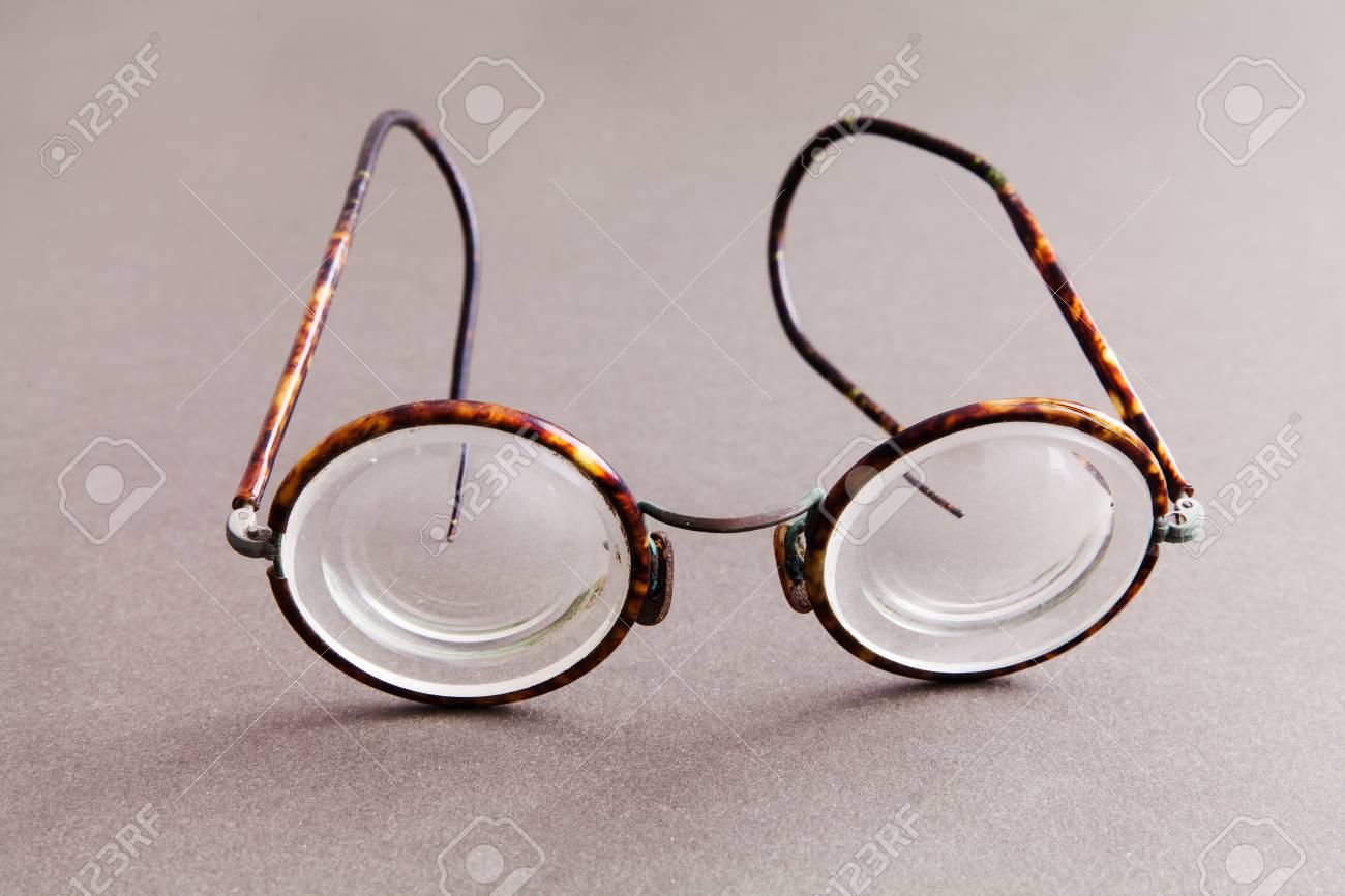 Alte Mode Design Brillen Brillen Auf Grauem Papier Hintergrund Weinleseartmannart Und Weisezusatze Makro Ansicht Geringe Scharfentiefe Soft Fokus Lizenzfreie Fotos Bilder Und Stock Fotografie Image 88450645