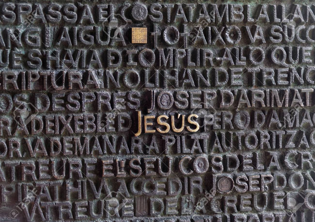 Barcelona, ??España - 24 Septiembre 2016: Sagrada Familia Entrada De La  Puerta. Jesús Escrito En Oro Entre Otras Letras En La Entrada De La Puerta  Obf Sagrada Familia. Fotos, Retratos, Imágenes Y