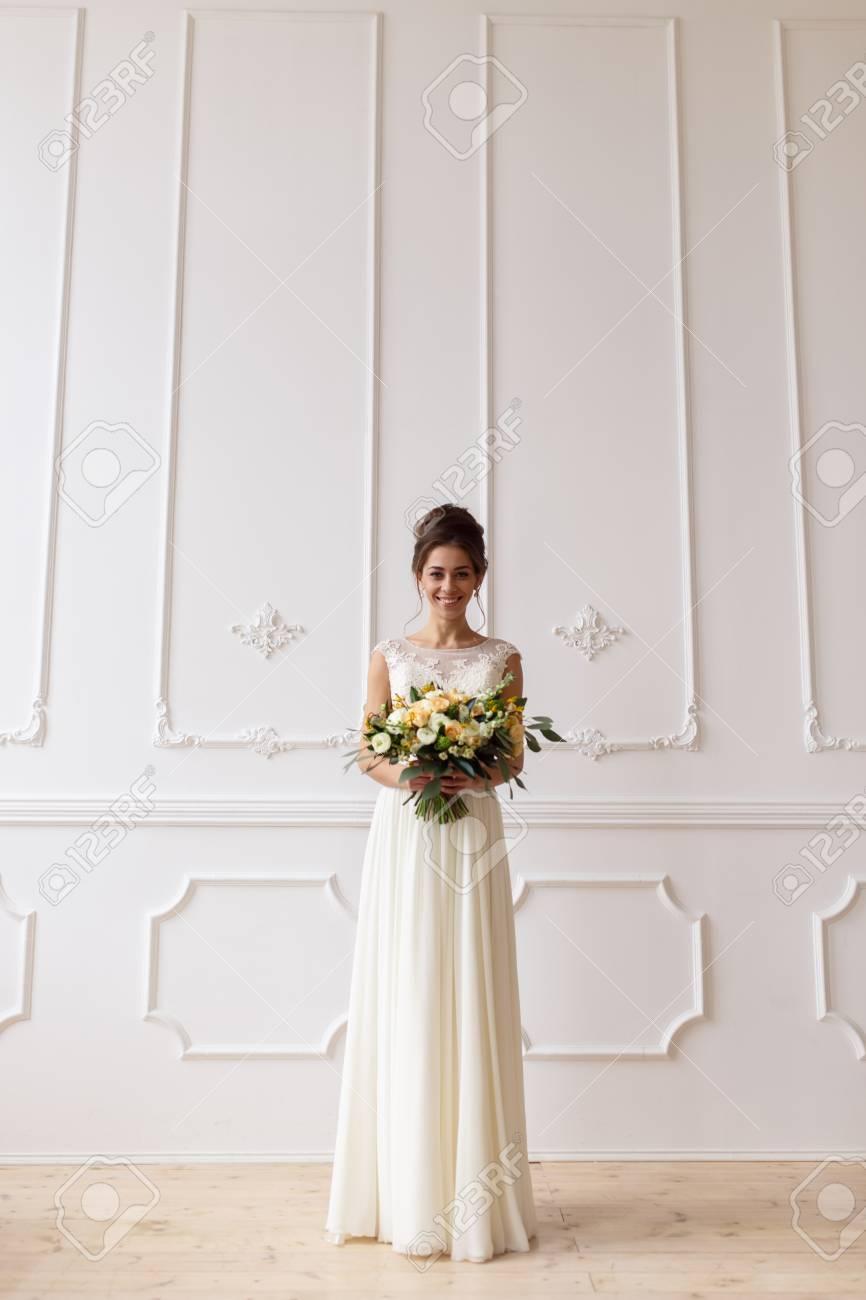 Braut Mit Hochzeit Boho Blumenstrauss Auf Einem Hintergrund Von Einer
