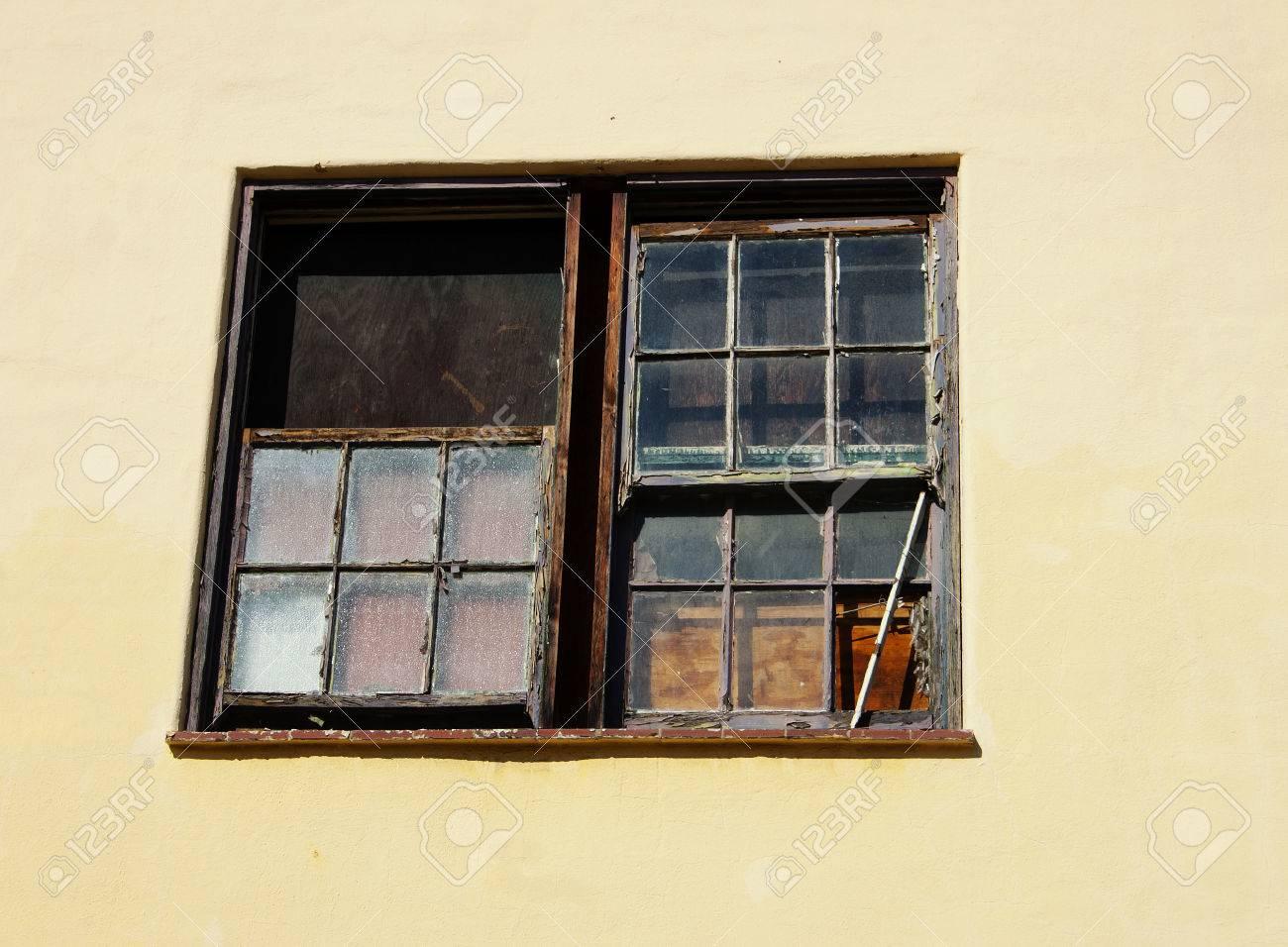 Abondon La Construction De Fenêtres Panneaux Derrière Le Mur De La Couleur De La Lumière De Verre La Peinture écaillée