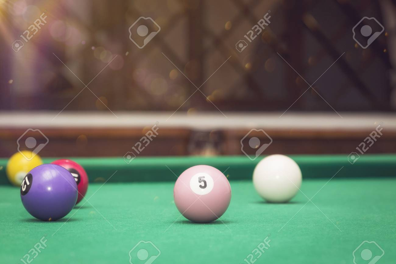Boules de billard dans une table de billard. Banque d'images - 83037855