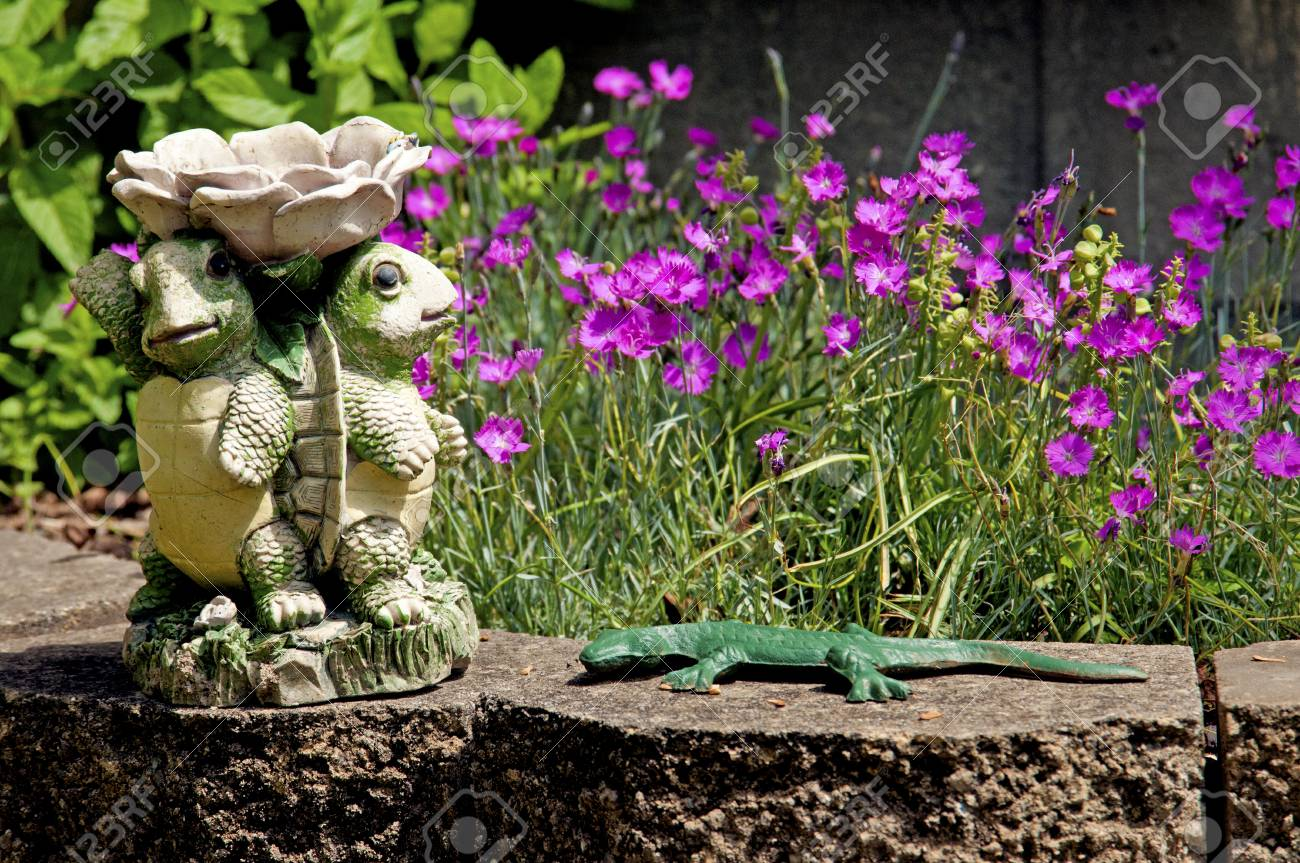 Outside ornaments - Outside Ornaments Of Turtles And A Green Lizard Stock Photo 36673128