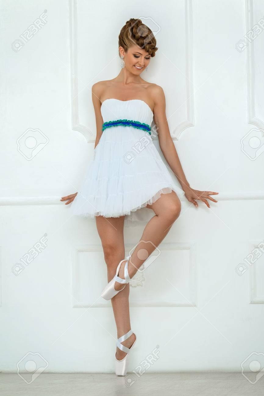 Studio Portrait Einer Ballerina In Der Nähe Weiße Wand. Model Trägt ...