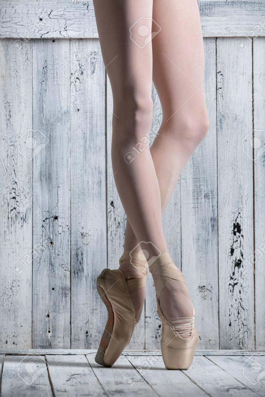 ccd7eb271 Tiro del estudio, piernas jóvenes bailarina agraciado. Bailarín de pie  sobre sus dedos de los pies.