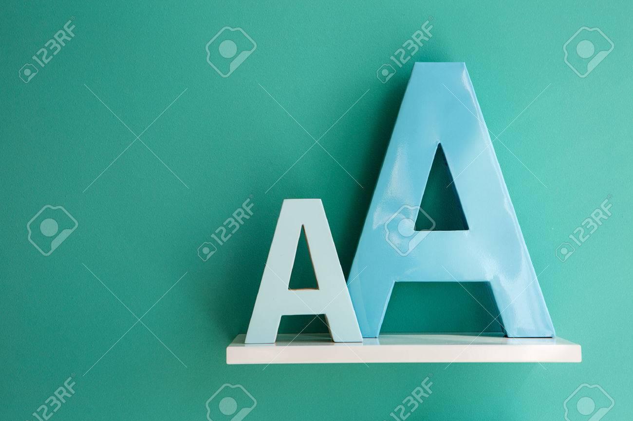 Witte Plank Op Maat.Letters Een Turquoise Kleur In Kleine En Grote Maat Op Een Witte