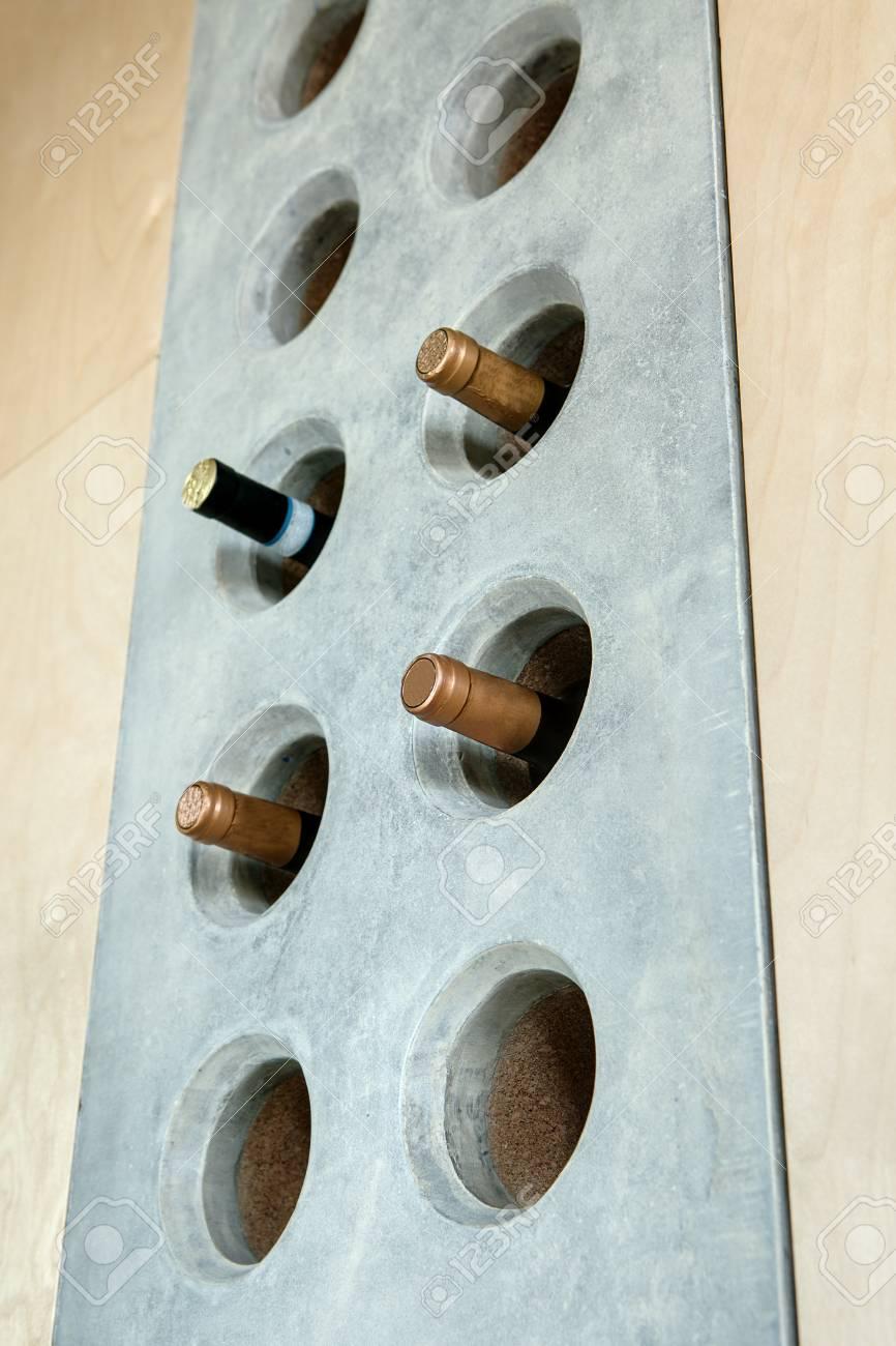 Mehrere Flaschen Wein In Einem Spezialbeton Loch In Der Wand In Der ...