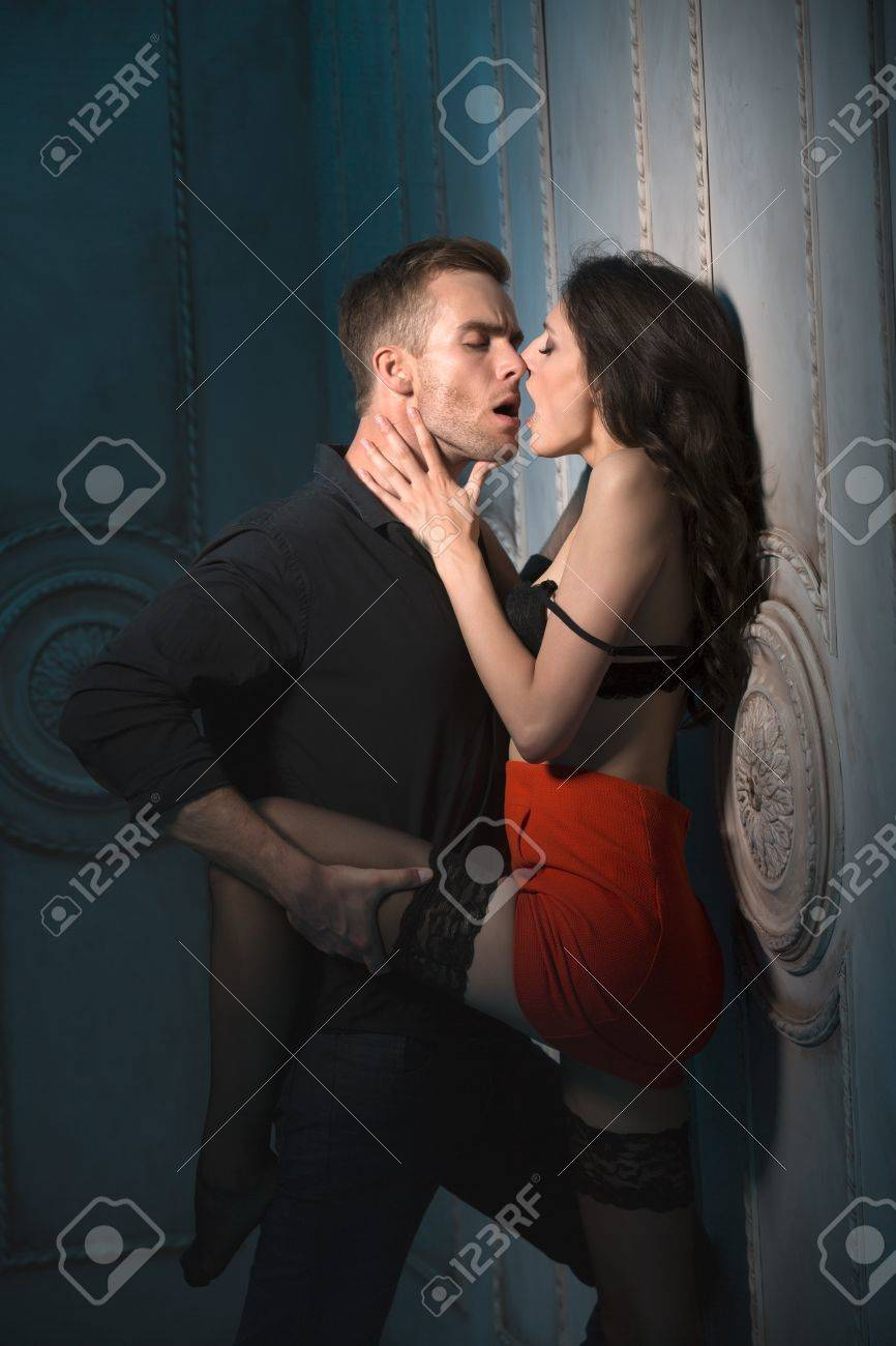 mädchen küsst wand