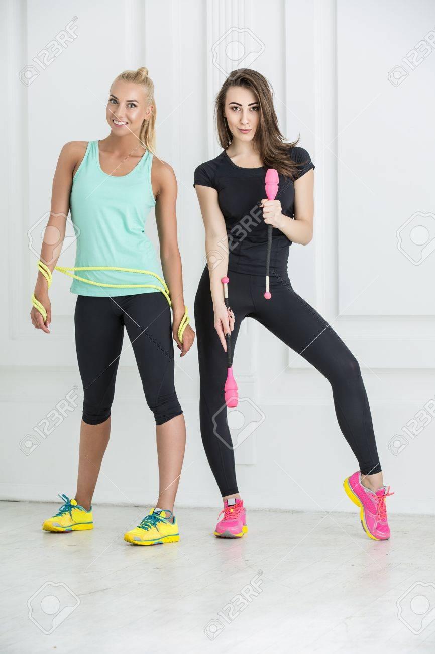 Athlète féminine dans des leggings noirs debout sur le mur blanc. Sport  blonds mains Namatala 523dd942916
