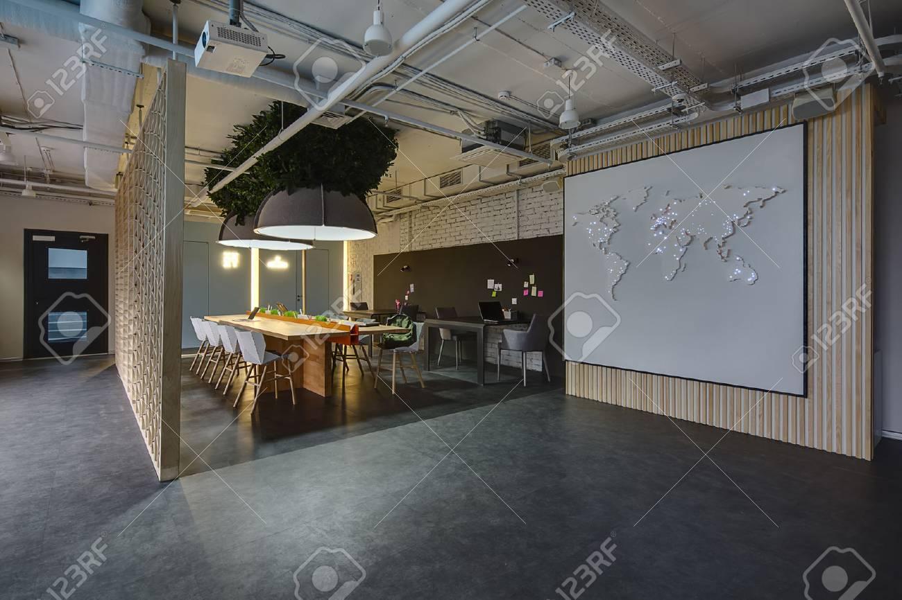 Fornitura Sedie Per Ufficio.Immagini Stock Camera In Stile Loft Ci Sono Tavoli Chiari E
