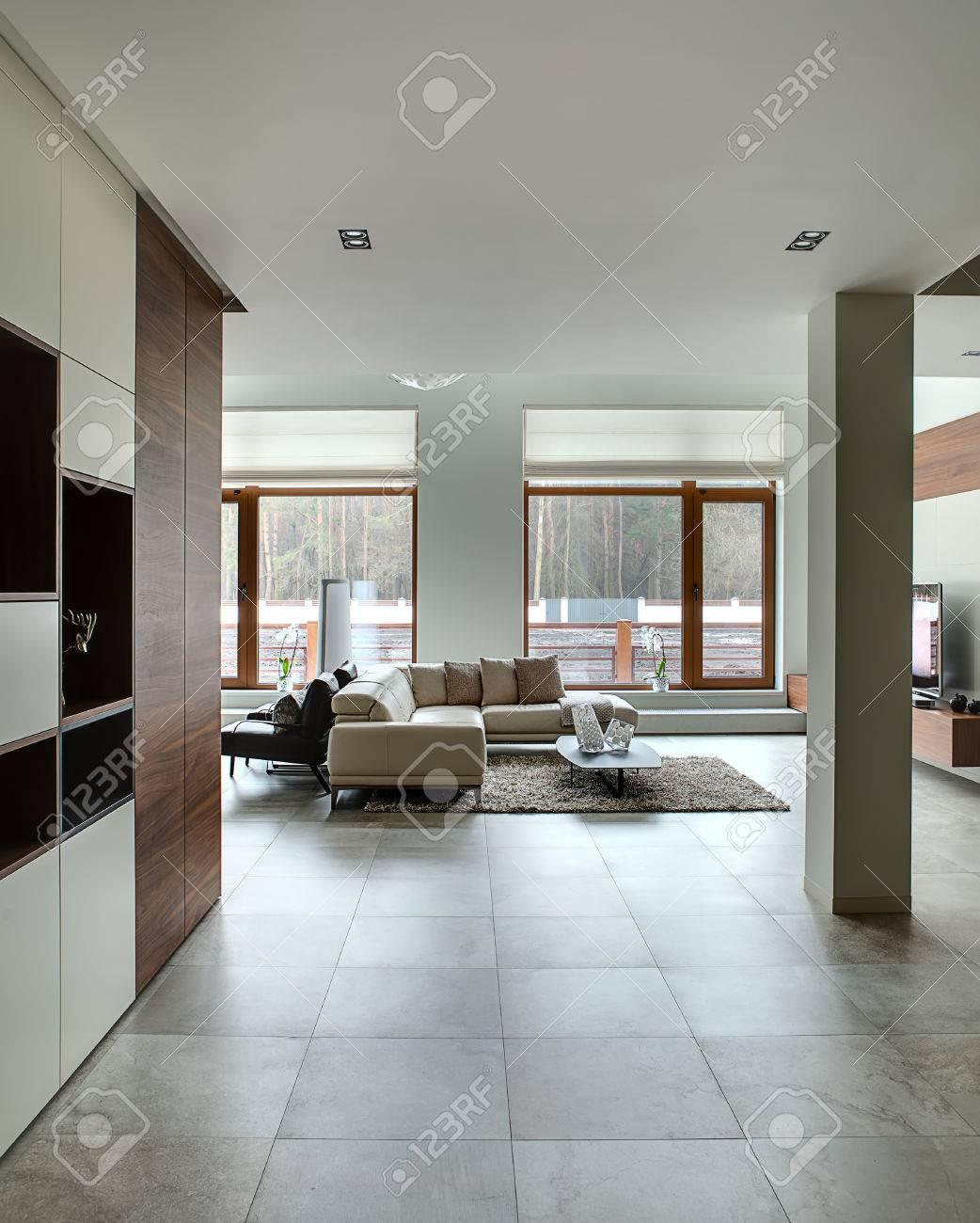 Hall In Einem Modernen Stil Mit Hellen Wanden Und Hellen Fliesen Auf