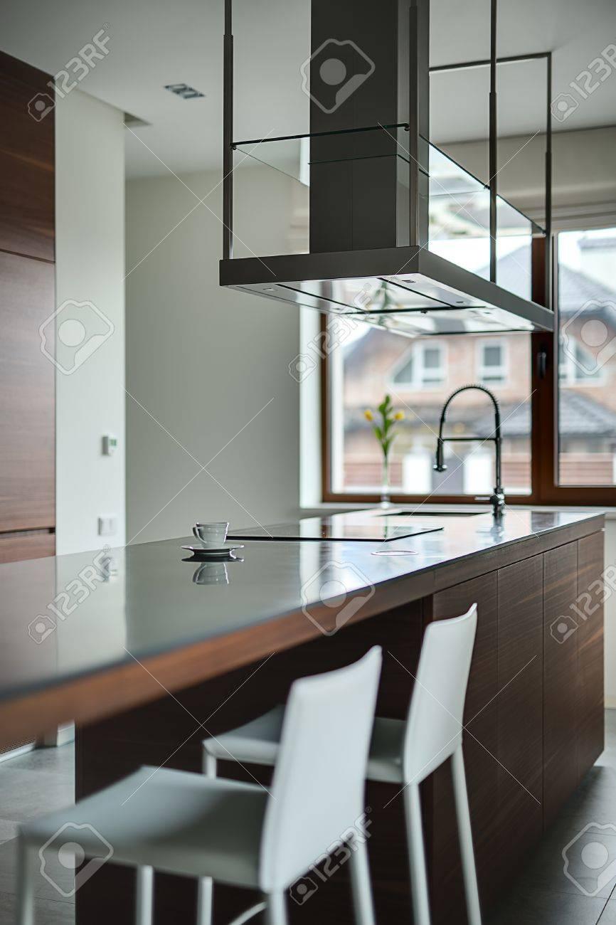 Brown Kücheninsel Mit Herd Spüle Und Moderne Dunstabzugshaube über
