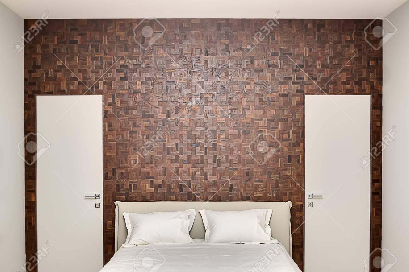 Camera Da Letto Legno Moderna : Camera da letto in stile moderno con pareti chiare. sulla parete di