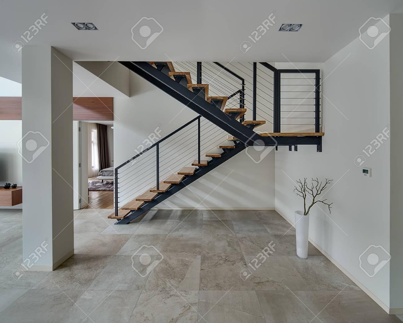 Sala chiaro con pareti chiare e piastrelle di luce sul pavimento