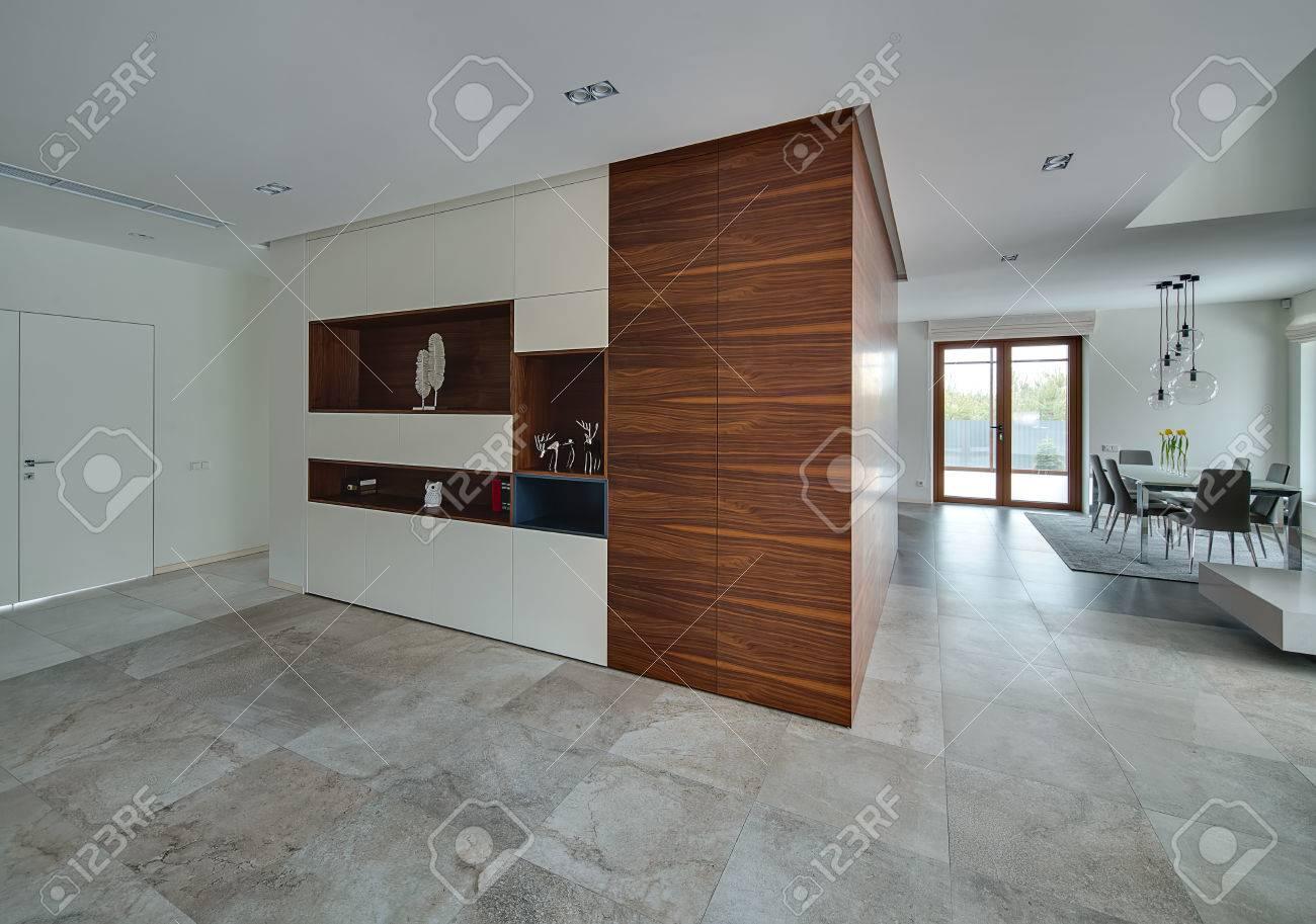 Sala in stile moderno con pareti chiare e piastrelle di luce sul