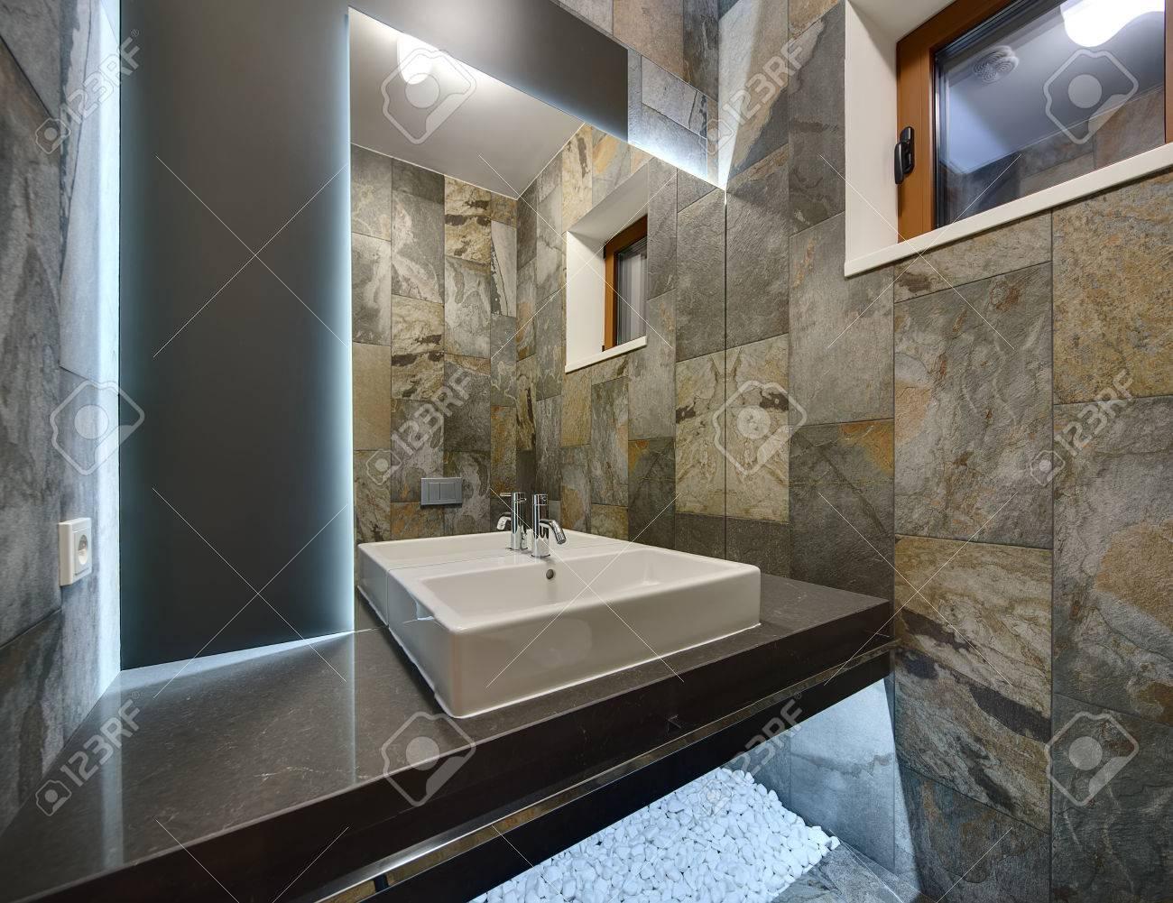 Immagini stock bagno in stile moderno con piastrelle ornamentali